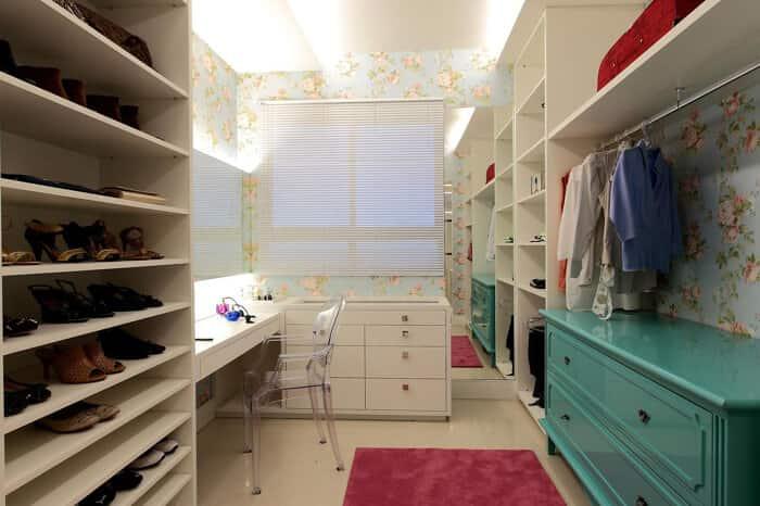 Closet em ambientes pequenos espaçoso